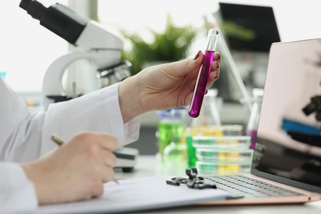 Ученый регистрирует получение химического исследования в лабораторных или медицинских исследованиях и