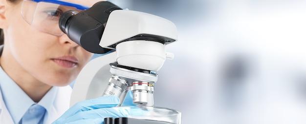 실험실에서 현미경을 사용하는 과학자 연구원.