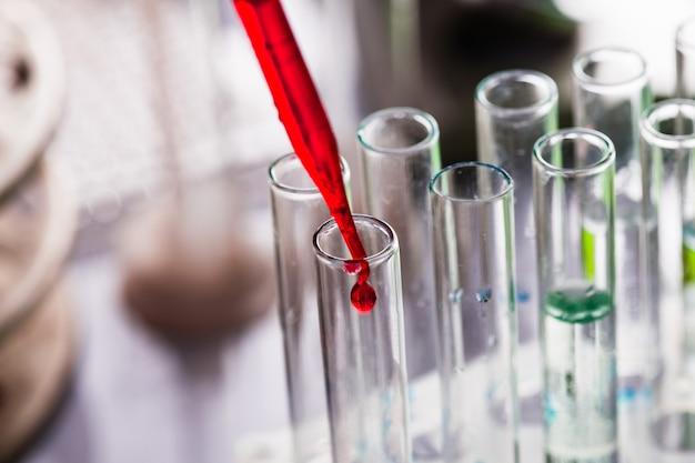 Ученый показывает диффузию в чашке петри