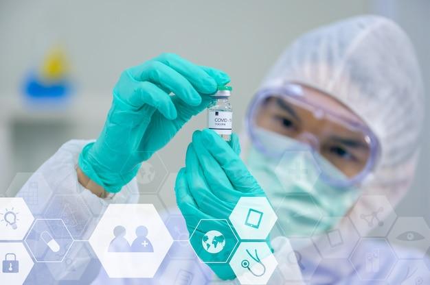 과학자 팀은 실험실에서 코로나바이러스 치료법을 연구하고 연구하고 있습니다. 아시아 의사가 샘플을 검사하고 바이러스 감염에 대한 백신을 적용합니다.