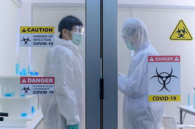 과학자 팀은 실험실에서 코로나바이러스 치료법을 연구하고 있습니다. 아시아 의사는 바이러스 감염에 대한 백신을 연구하고 있습니다.