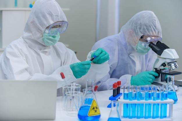 실험실에서 코로나바이러스 치료제를 연구하는 과학자 팀. 아시아 의사는 바이러스 감염에 대한 백신을 연구하고 있습니다.