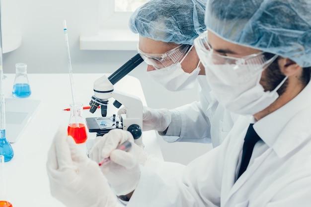 Ученый тестирует кровь в лаборатории