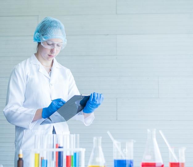 실험실에서 근무하는 테스트 튜브와 과학자.