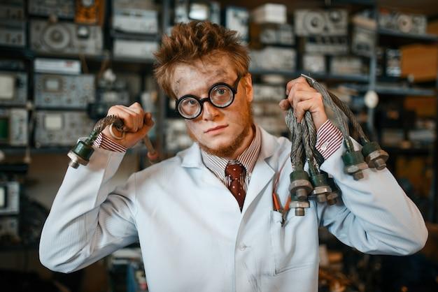 Ученый с терминалом, подключенным к уху, тест