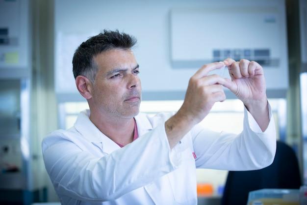 Ученый, работающий в лаборатории биологии