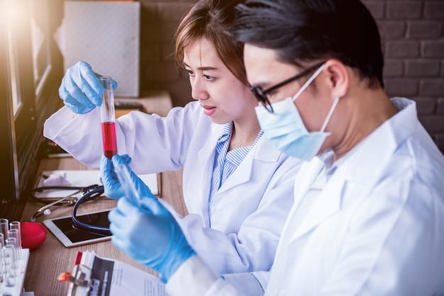 건강을 위해 과학 및 화학 분야에서 일하는 과학자