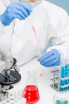 실험실에서 화학 물질을 다루는 과학자
