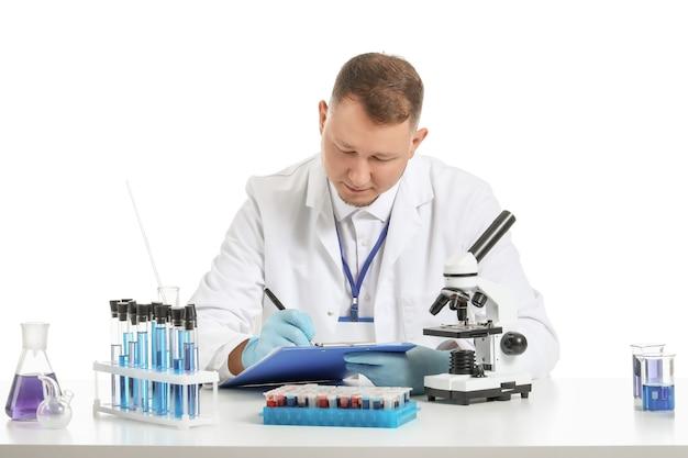白の顕微鏡で作業している科学者