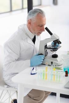 현미경 작업 과학자