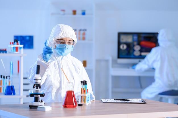 実験室でサンプルを扱う科学者