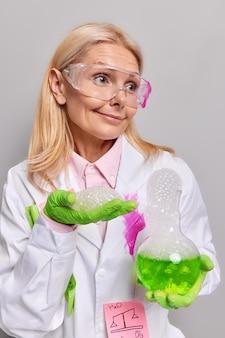 과학자는 실험실에서 일한다