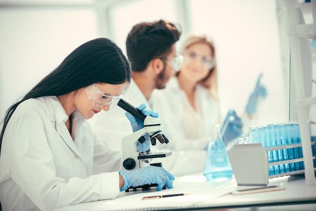 과학자들과 의사들이 코로나바이러스에 대한 백신을 테스트하고 있습니다. 과학과 건강