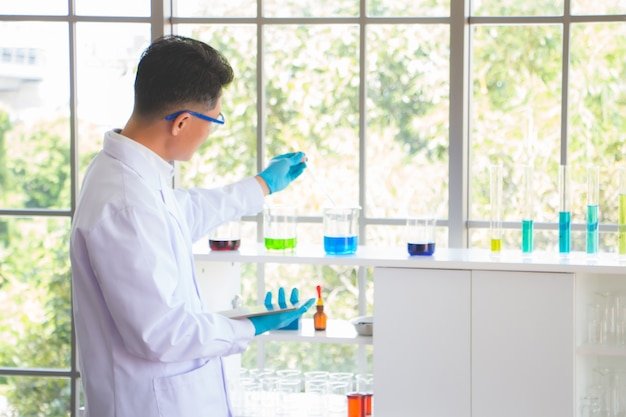 科学者たちは実験室で実験を行っています。