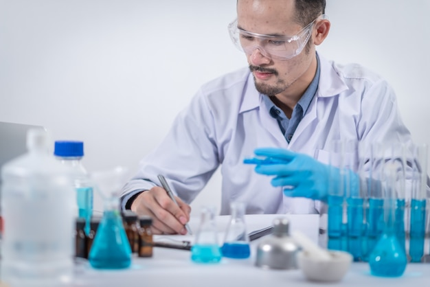 科学者たちは化学実験室で研究を行っています科学実験、革新