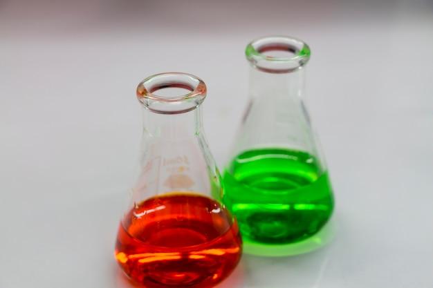 科学者は実験室で実験を行っています。