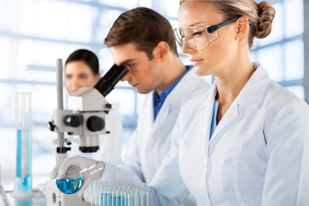 科学者たちは化学実験室で働いています。