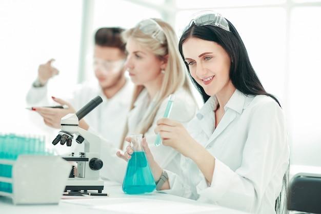 科学者は実験室で研究を行います