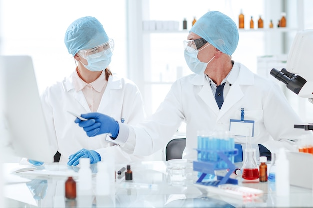 현대 실험실에서 연구 결과를 논의하는 과학자