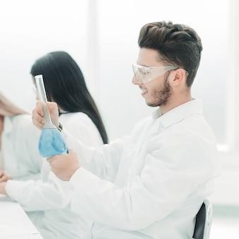 과학자들은 실험실에서 액체를 검사합니다