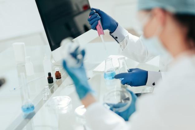 Ученые исследуют жидкие образцы в лаборатории