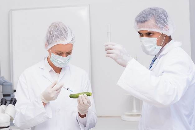 カツラを注入する科学者