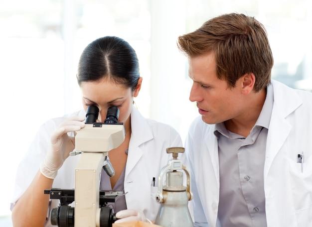 과학자들은 현미경을 통해 찾고