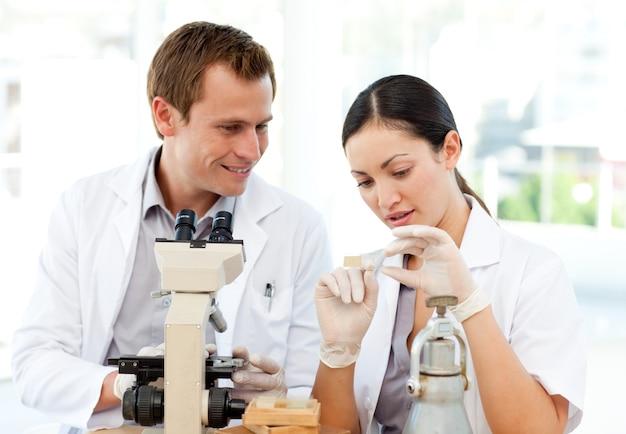 과학자는 현미경 슬라이드를 공부