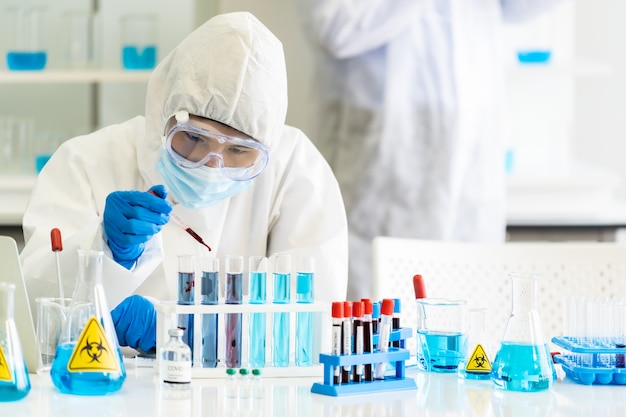 Ученые используют капельную кровь на пробирке