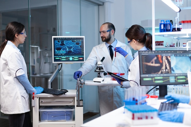 Ученые, работающие в лаборатории, выявляют генетическую инфекцию из-за редкого заболевания. химики в фармацевтической лаборатории исследуют образец для медицинского эксперимента с технологией для медицинской промышленности.