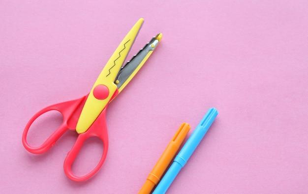 Ножницы и мелки на розовом креативном минималистичном школьных принадлежностях для рукоделия на плоской подошве