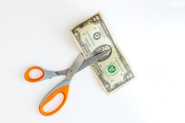 가위로 미국 2 달러 지폐를 자르려고합니다
