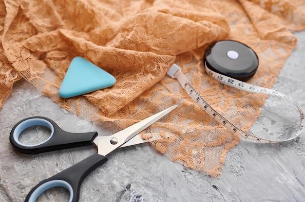 Ножницы, мел и измерительная лента крупным планом. канцелярские товары, школьные или образовательные принадлежности, инструменты для письма и рисования