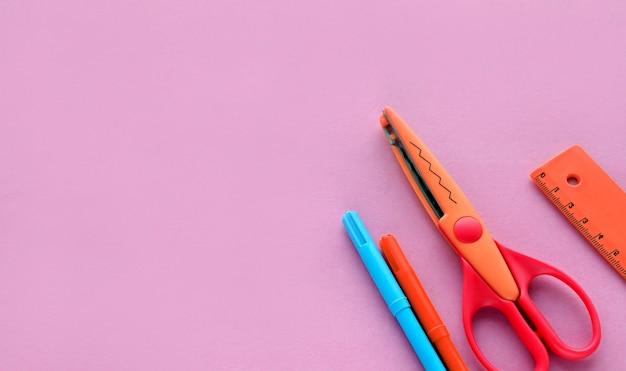 Ножницы мелки на розовом фоне школьное или офисное рабочее пространство с принадлежностями для рукоделия