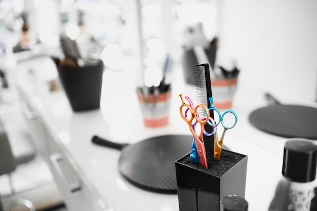 Ножницы в современной креативной парикмахерской