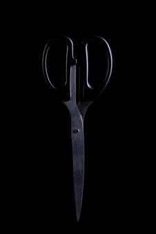 Ножницы на черном фоне