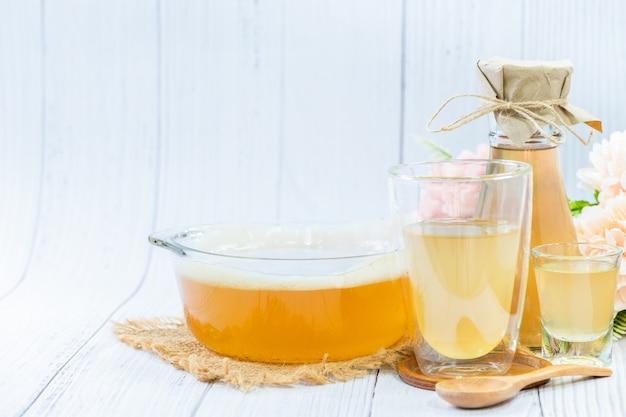 Чай скоби и комбуча в стеклянной миске