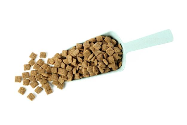 Совок с кормом для животных, изолированные на белом фоне