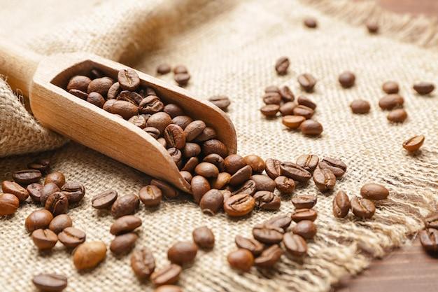 テーブルの上のコーヒー豆をすくう
