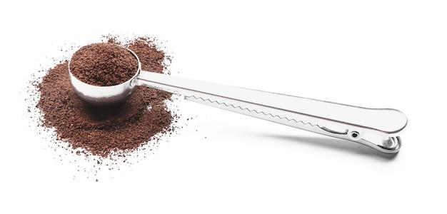 Совок с кофейным порошком на белом