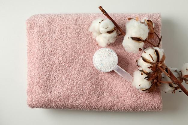 Совок стирального порошка и хлопка на полотенце
