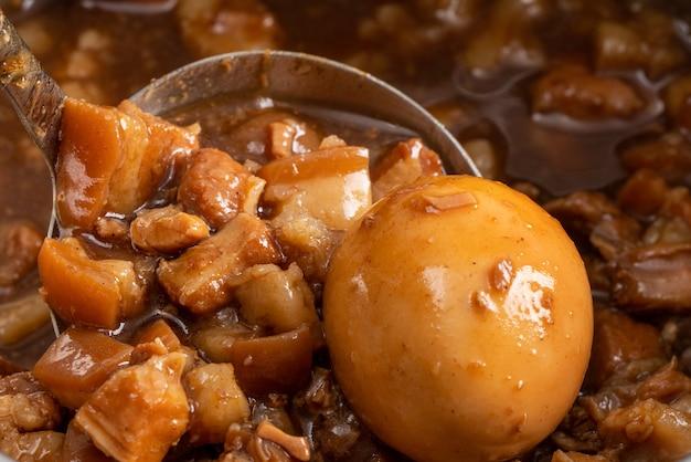 다진 돼지 고기 조림과 조림을 떠서 흰 밥과 거의 함께 먹습니다. 대만 전통 요리 음식.