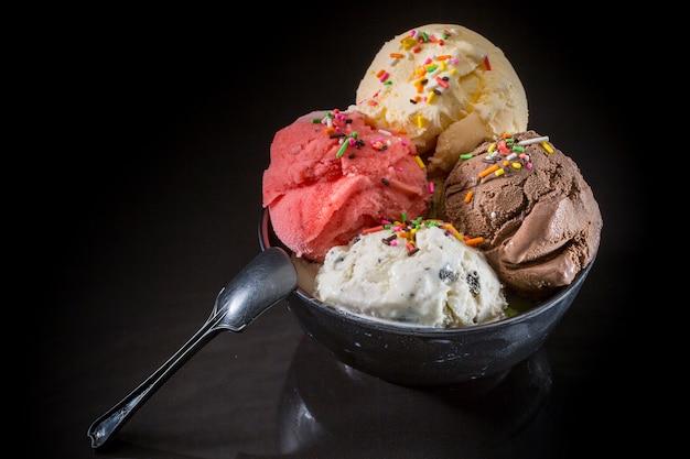 Ложки мороженого, мороженое в чашке, смешанное мороженое в чашке с мороженым