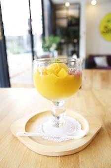 マンゴーアイスクリームフルーツのスクープ