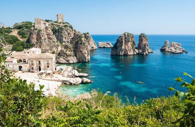 Scopello、シチリア島でfaraglioniとtonnara