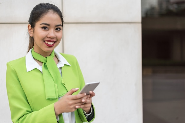 Scort женщина с планшета и мобильного телефона улыбается