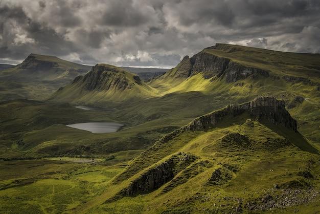 曇りの日のスコットランドの丘