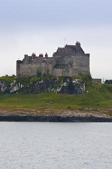 Шотландский замок недалеко от обана, южная шотландия, в пасмурный день