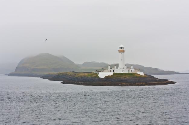 Шотландский маяк недалеко от острова малл, в тумане