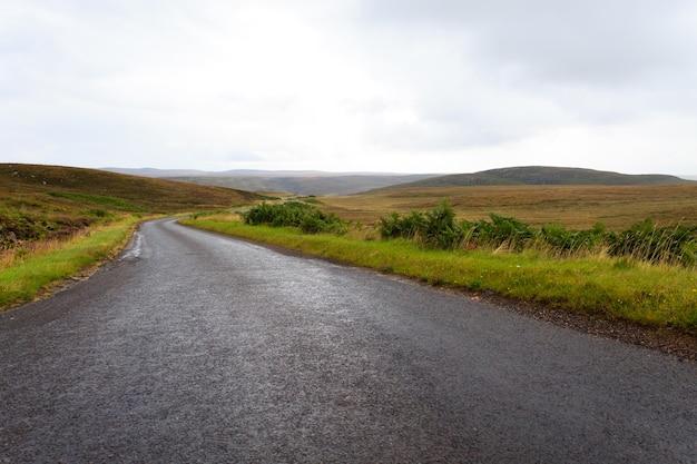 スコットランドの道路トラフの田園地帯。遠近法の道。スコットランドのパノラマ